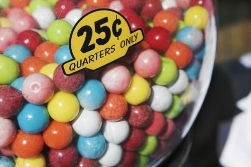 Gumball machine with quarter sign